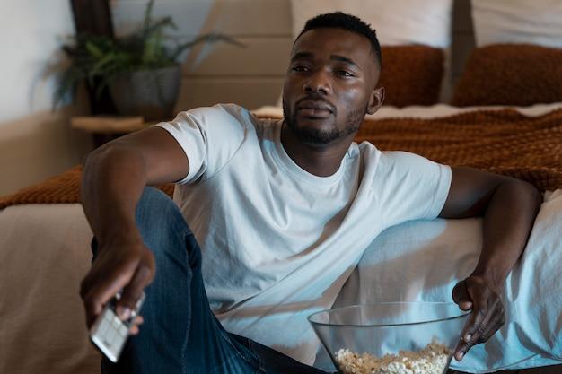 Homme regardant un film sur netflix à la maison
