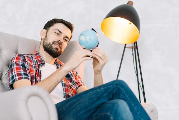 Homme regardant le globe