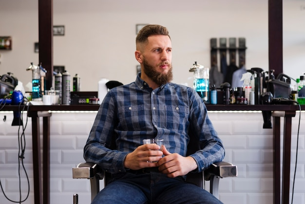 Homme regardant loin chez le coiffeur