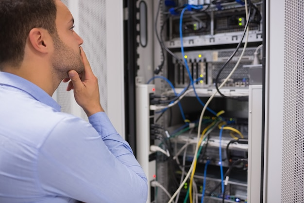 Homme regardant le magasin de données
