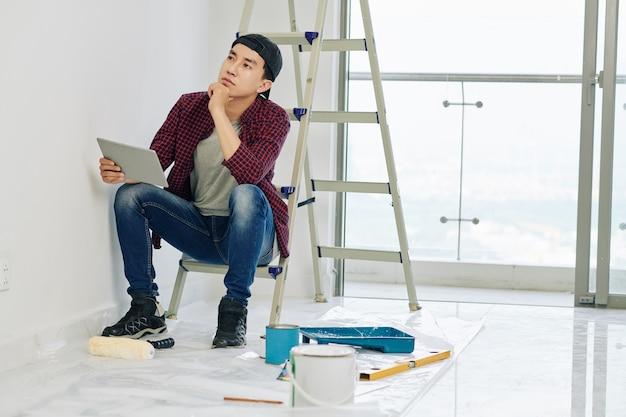 Homme regardant mur peint