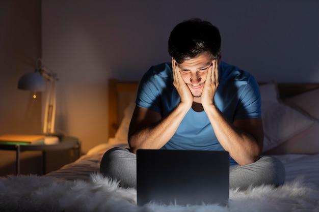 Homme regardant netflix sur sa tablette