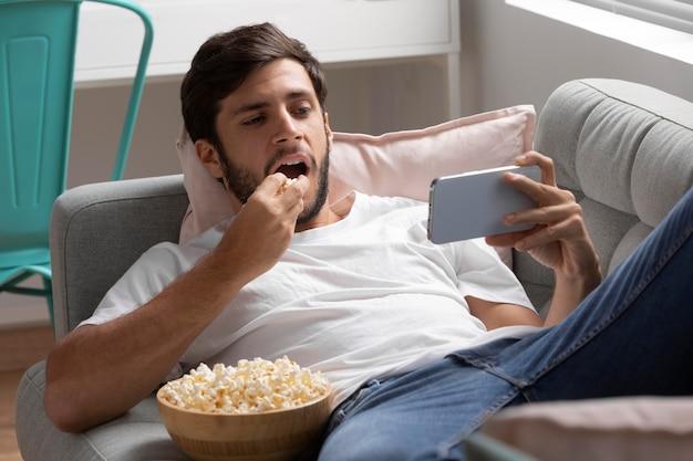 Homme regardant netflix sur son téléphone