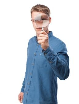L'homme regardant à travers une loupe