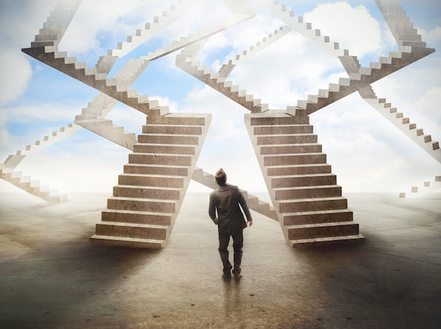 Homme regarde un escalier