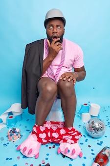 L'homme regarde surpris ne peut pas croire aux nouvelles choquantes passe du temps libre sur la cuvette des toilettes a la diarrhée après avoir mangé de la nourriture avariée à la fête