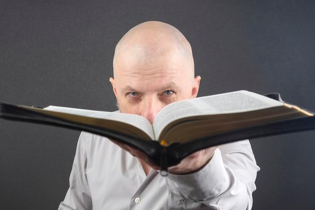 L'homme regarde à travers une bible ouverte