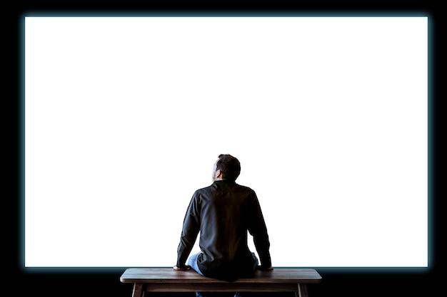Homme, regarder, mur blanc, vue postérieure