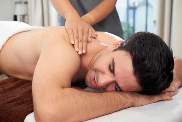 Homme relaxant sur massage