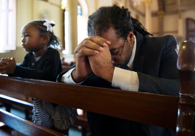 Homme religieux priant à l'intérieur d'une église