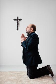 Homme religieux priant à l'intérieur