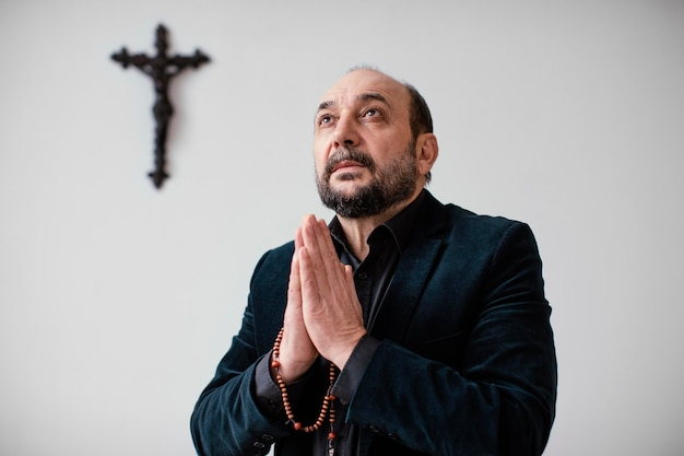 Homme religieux priant à la maison