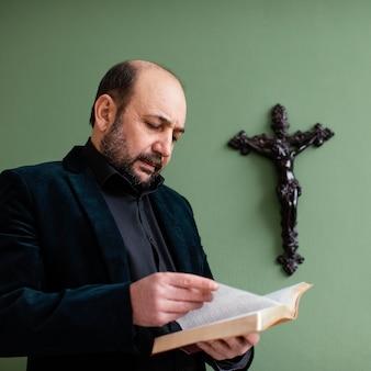 Homme religieux tenant un livre saint