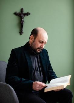 Homme Religieux Tenant Un Livre Saint Photo gratuit