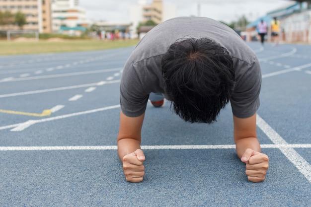 Homme de remise en forme faisant des exercices de planches - concept d'entraînement