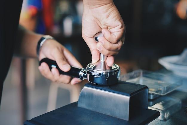 L'homme de remplissage de la machine à café