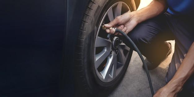 Homme remplissant l'air dans le pneu