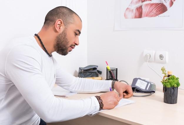 Homme remplissant un questionnaire ou un rapport