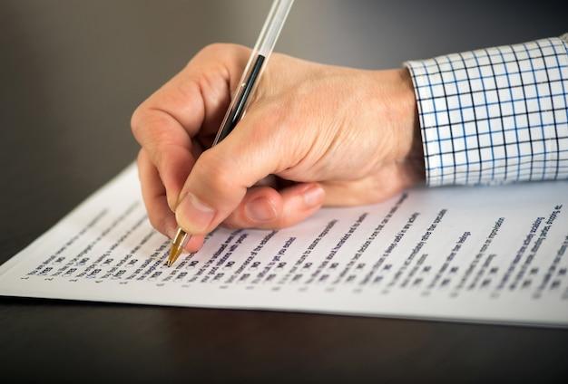 Homme remplissant un questionnaire