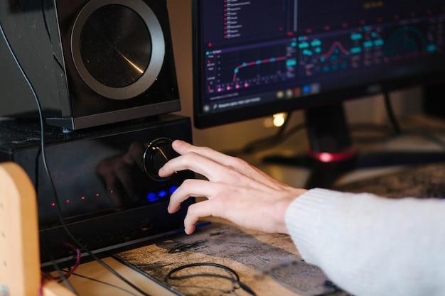 L'homme rend la musique plus forte sur le lieu de travail du musicien subwoofer