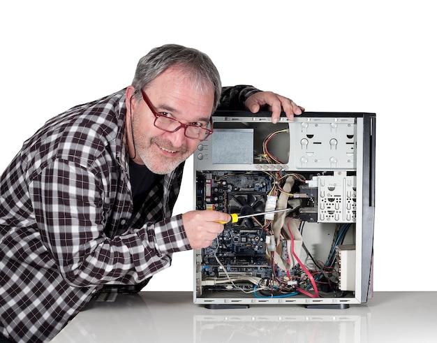 Homme réparant le matériel d'un pc