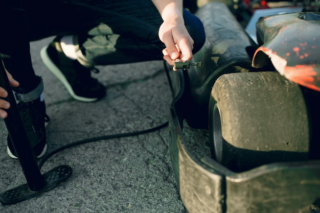Homme réparant une voiture de karting