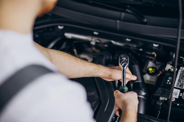 Homme de réparation faisant le service de voiture