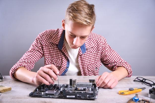 Homme, réparation, ordinateur cassé, carte vidéo, mémoire ram, refroidisseur, processeur, disque dur