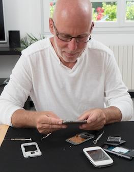 L'homme a réparé un smartphone