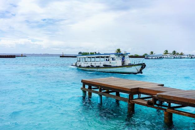 Homme, la république des maldives - 2 mars 2017 : bateau amarré pour ramasser des touristes