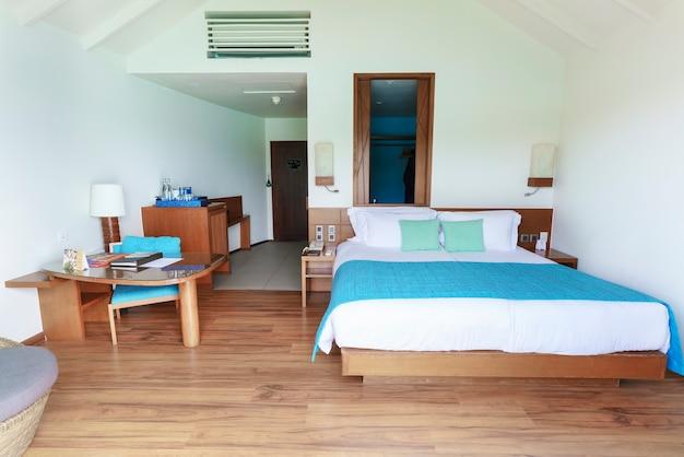 Homme, république des maldives - 2 mars 2017 : lits doubles lumineux et modernes de luxe intérieurs dans l'hôtel de villégiature deluxe ocean villa