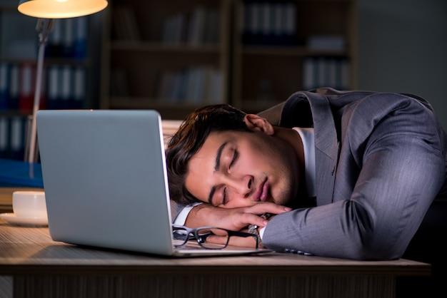 Homme restant au bureau pendant de longues heures
