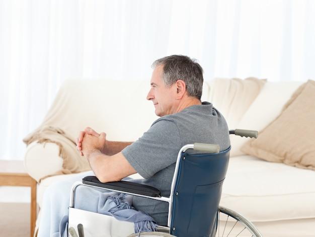 Homme à la retraite dans son fauteuil roulant