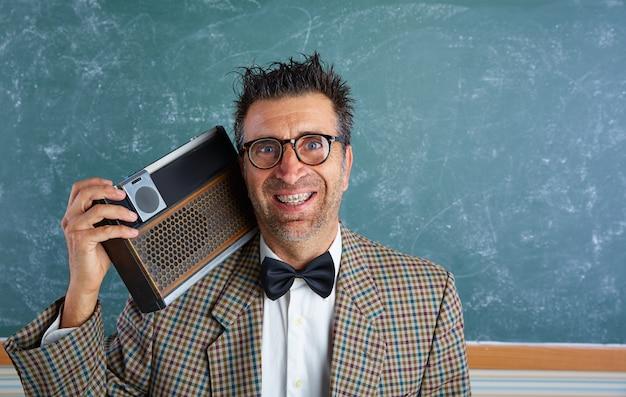 Homme rétro stupide avec des bretelles et une radio vintage