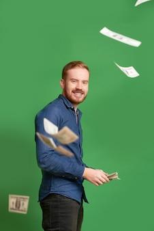 Homme riche jetant de l'argent
