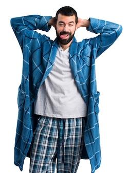 Homme en robe de chambre faisant une blague