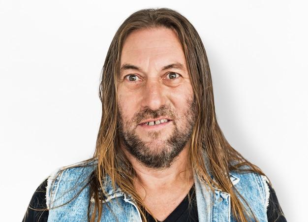 Homme robuste aux cheveux longs et à la barbe