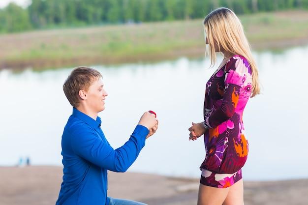 Homme romantique proposant à une femme sur la nature