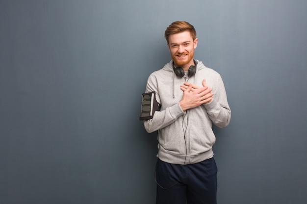 Homme rousse jeune fitness faisant un geste romantique