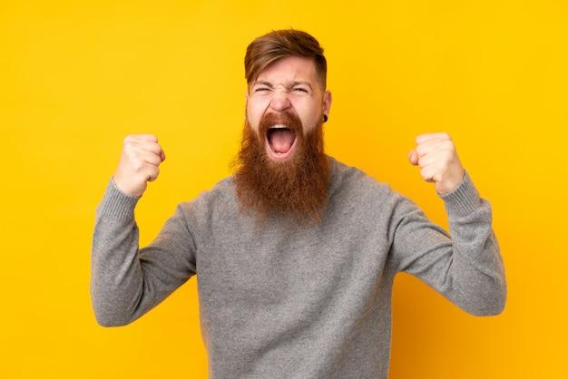 Homme rousse avec longue barbe sur mur jaune isolé frustré par une mauvaise situation