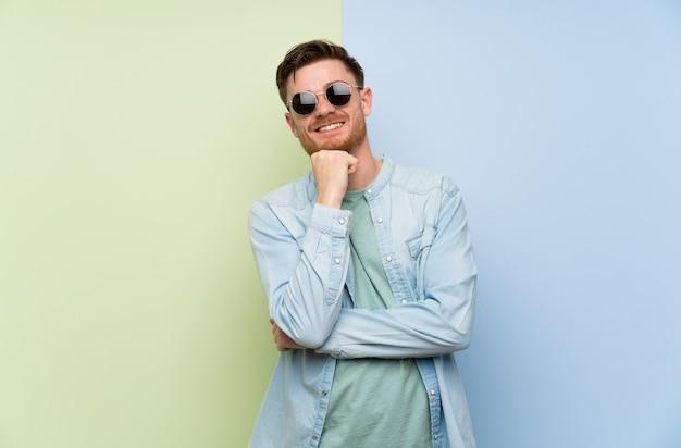 Homme rousse avec des lunettes et souriant
