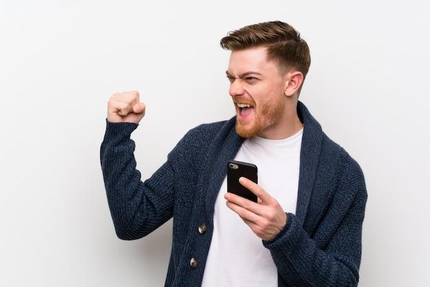 Homme rousse avec téléphone portable