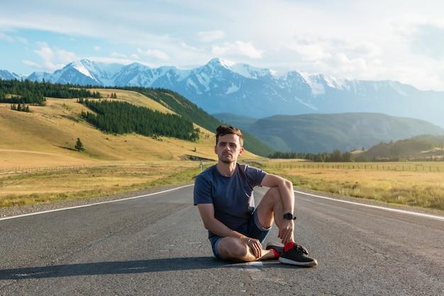 Homme sur la route chuysky trakt dans les montagnes de l'altaï, l'une des plus belles routes du monde