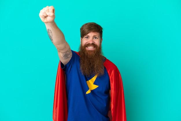 Homme roux en costume de super-héros avec un geste fier