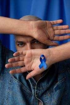 Homme avec ruban bleu de novembre