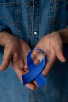 Homme avec ruban de cancer de la prostate