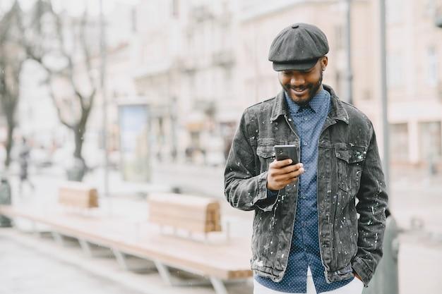 L'homme de la rue. concept d'entreprise. guy avec téléphone portable.