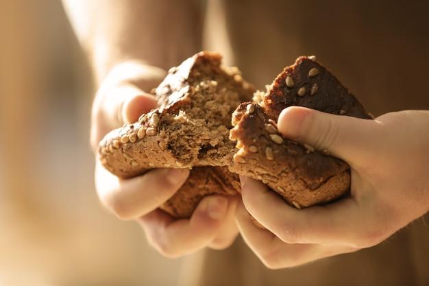 Homme, rupture, morceau pain, gros plan