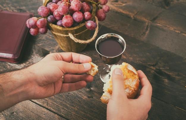 Homme, rupture pain, à, vin, et, raisins