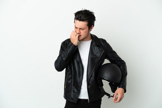 Homme russe avec un casque de moto isolé sur fond blanc ayant des doutes
